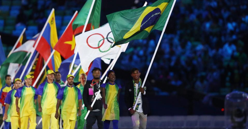 Responsável por levar a bandeira do Brasil na cerimônia, Isaquias Queiroz levou três medalhas na canoagem durante a Rio-2016