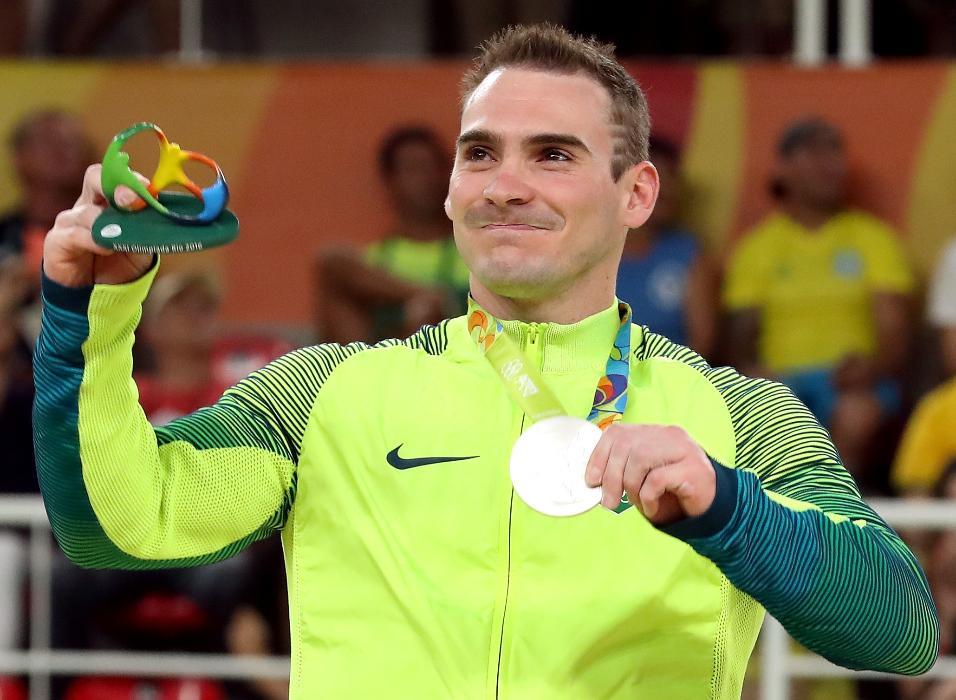 Arthur Zanetti exibe a medalha de prata conquistada nas argolas nas Olimpíadas do Rio