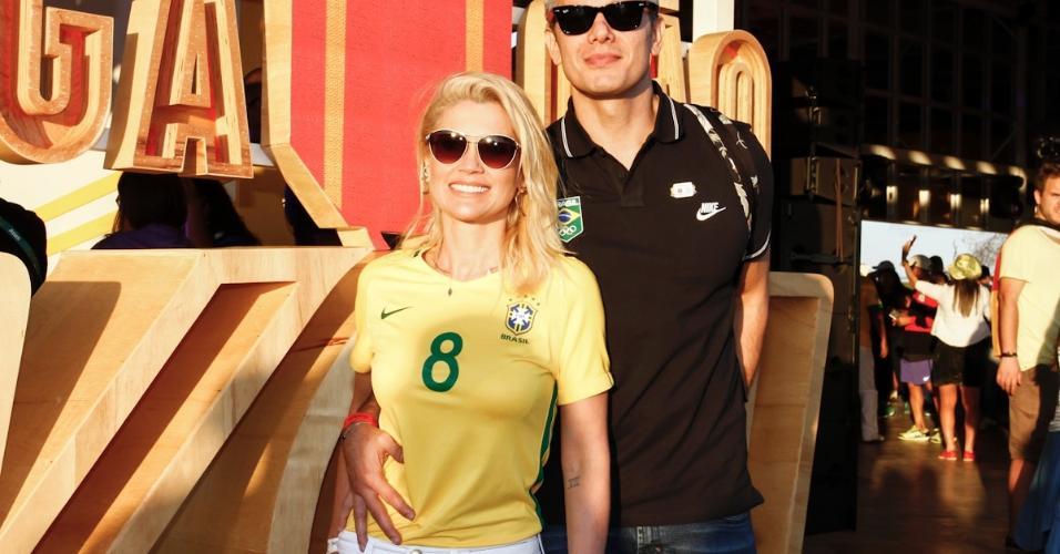 Os atores Flavia Alessandra e Otaviano Costa curtem momento de folga no Parque Olímpico