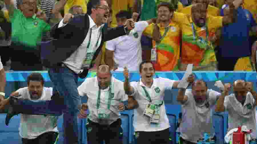 Rogério Micale vibra com gol marcado por Neymar no primeiro tempo da final olímpica - REUTERS/Yves Herman