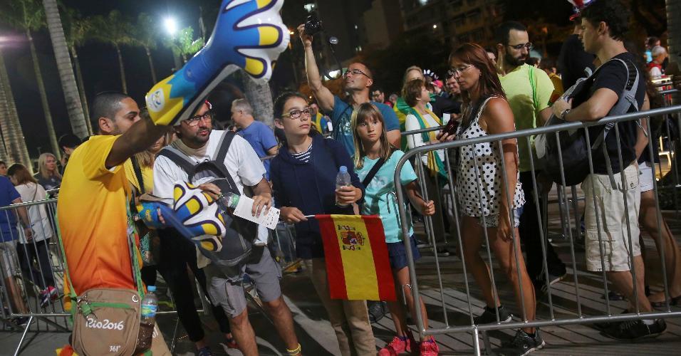 Voluntários passa orientações a família espanhola no Maracanã