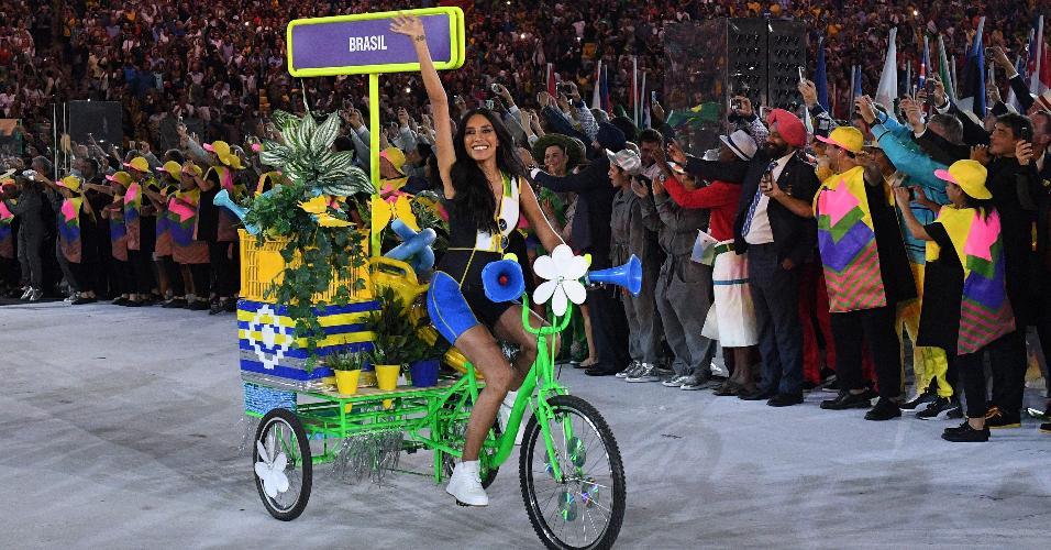 A modelo brasileira Lea T. foi a primeira transexual convidada para ter um papel de destaque no evento desde a primeira edição dos Jogos