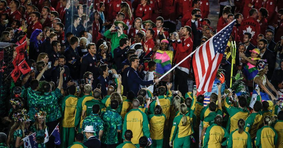 O nadador Michael Phelps, recordista de medalhas em Olimpíadas, entrou com a bandeira dos Estados Unidos no Maracanã