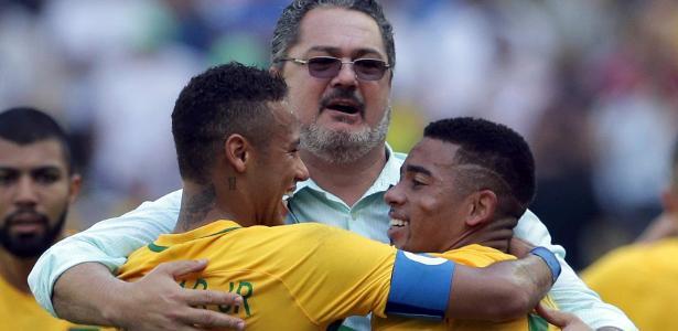 Rogério Micale comemora com Neymar e Gabriel Jesus
