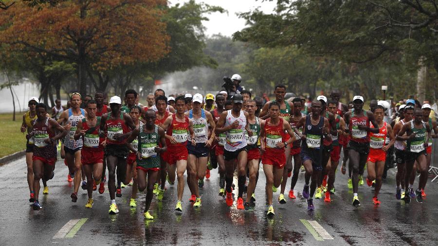 Atletas durante a maratona no último dia da Rio-2016 - ADRIAN DENNIS/AFP