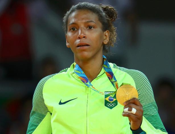 A judoca Rafaela Silva exibe sua medalha de ouro