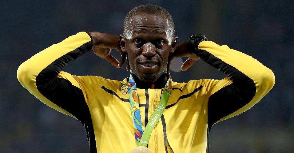 Usain Bolt recebe a medalha de ouro pela conquista do 4x100m