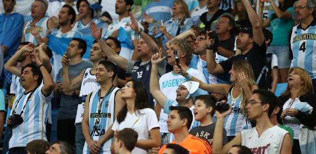 Torcida argentina tem lotado a Arena Carioca 1 para os jogos de sua seleção  no basquete da76d7b0402df