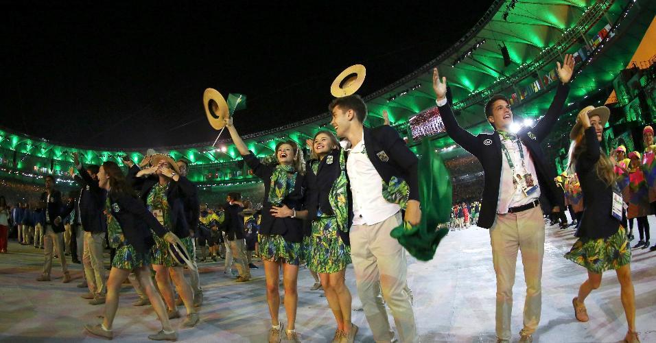 Competidores brasileiros são saudados pelo público no Maracanã. Brasil entra nos Jogos com 465 representantes