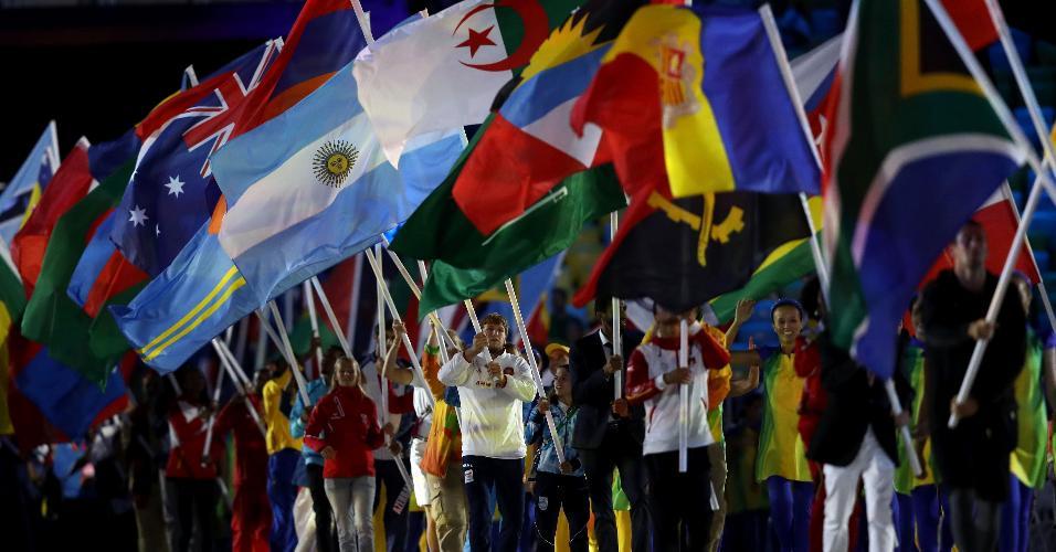Competidores exibem as bandeiras de seus países durante a festa de encerramento