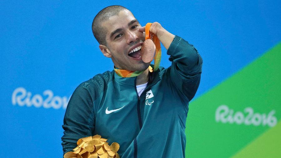 Daniel Dias exibe a medalha de bronze conquistada nos 50m borboleta da Paraolimpíada-2016 - SERGIO MORAES/Reuters