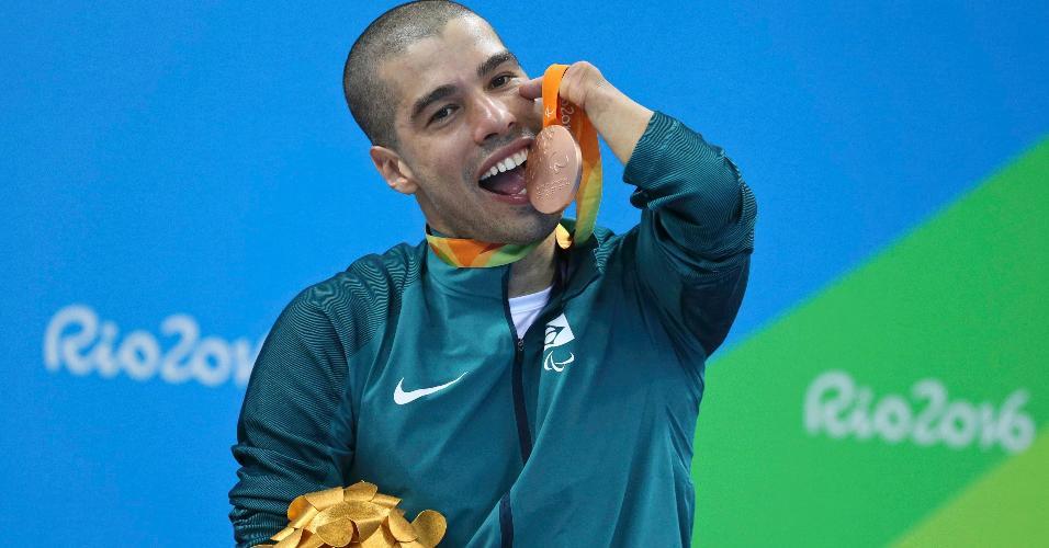 Daniel Dias exibe a medalha de bronze conquistada nos 50m borboleta da Paraolimpíada-2016