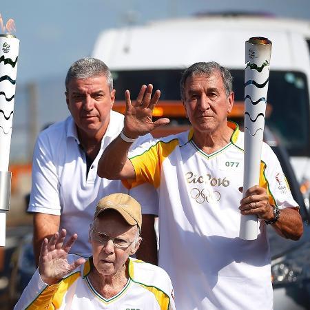Zagallo e Carlos Alberto Parreira carregam tocha olímpica - Fernando Soutelo/Rio-2016
