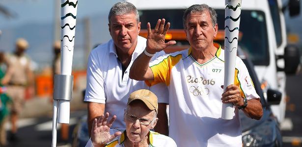 Zagallo e Carlos Alberto Parreira carregam tocha olímpica