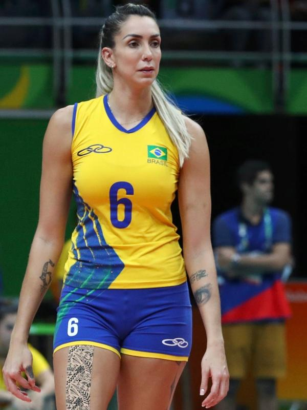 Thaisa atuando pela seleção brasileira