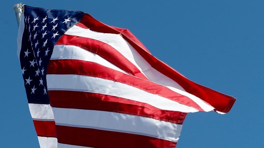 Imagem de arquivo da bandeira dos Estados Unidos; foguetes atingiram base aérea que abriga aviões americanos no Iraque  - Brian Lawdermilk/Getty Images