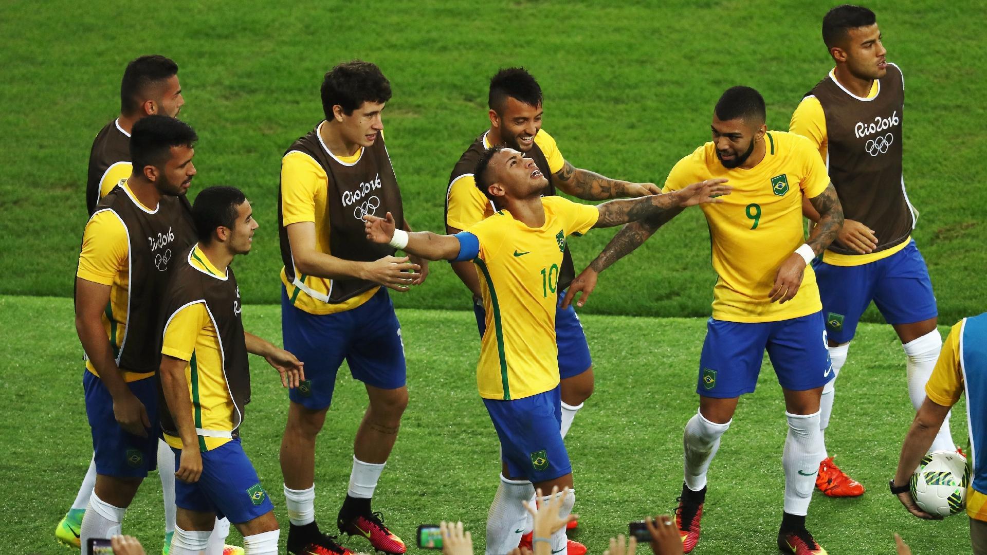 Companheiros da seleção vibram com Neymar após gol marcado em uma cobrança de falta