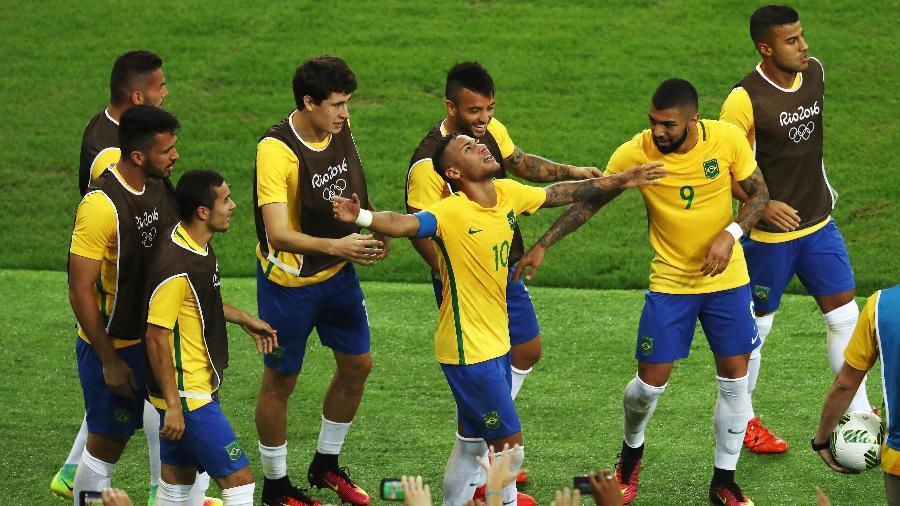 Companheiros da seleção vibram com Neymar após gol marcado em uma cobrança de falta - Buda Mendes/Getty