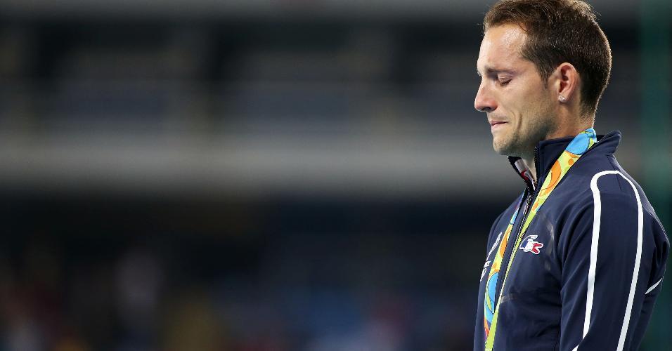 Renaud Lavillenie chora durante a cerimônia de entrega de medalhas do salto com vara no Engenhão