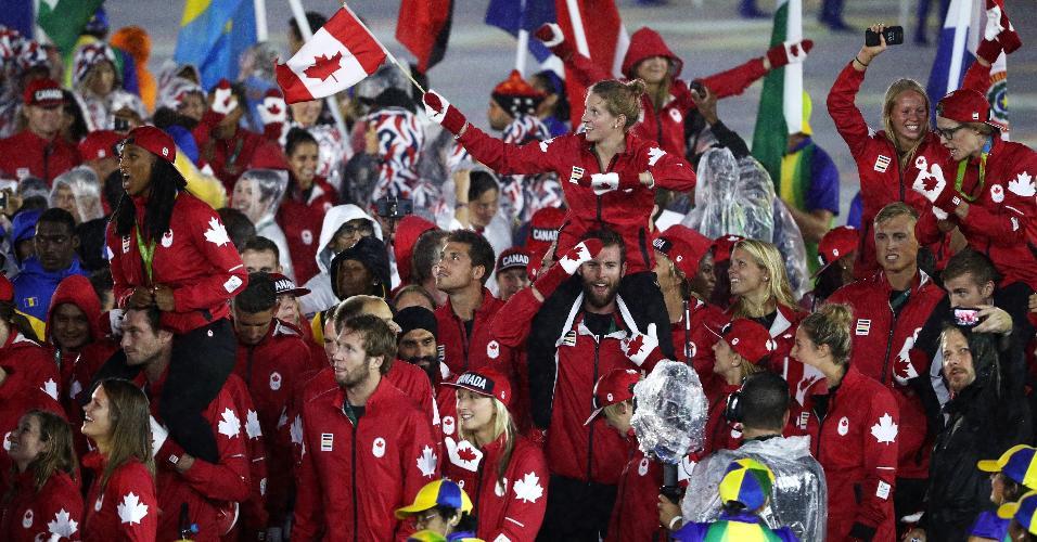 Delegação canadense mostram bom humor durante a cerimônia de encerramento da Rio-2016. País ficou na 20ª posição na classificação geral dos Jogos