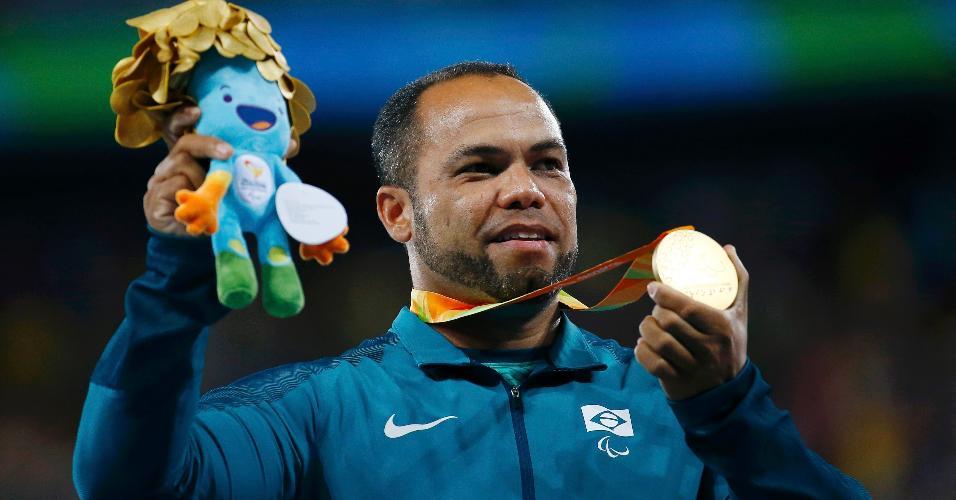 Claudiney Batista exibe a medalha de ouro do lançamento do disco nas Parao?limpíadas-2016