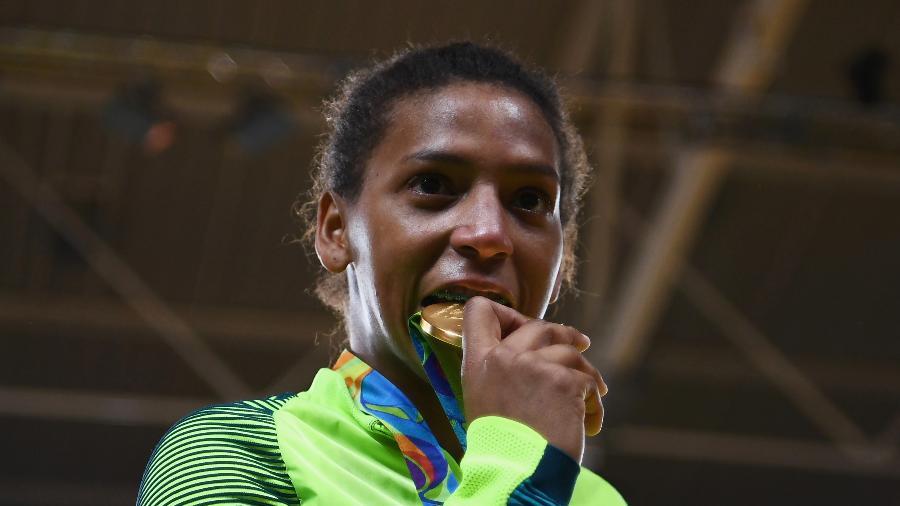 Rafaela Silva morde a medalha de ouro olímpica que ganhou na Rio-2016 - David Ramos/Getty Images