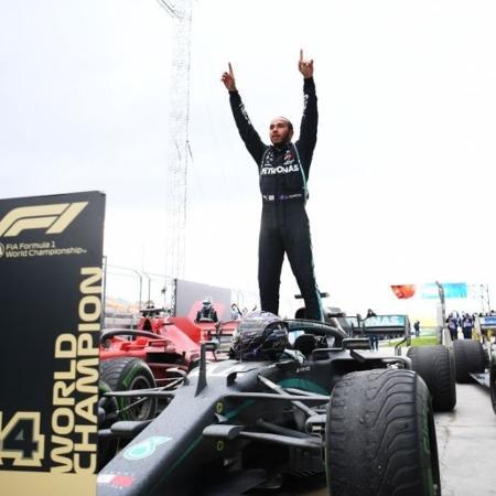 Hamilton celebra vitória na Turquia em 2020, quando a F-1 voltou a correr no país - Clive Mason/Getty Images