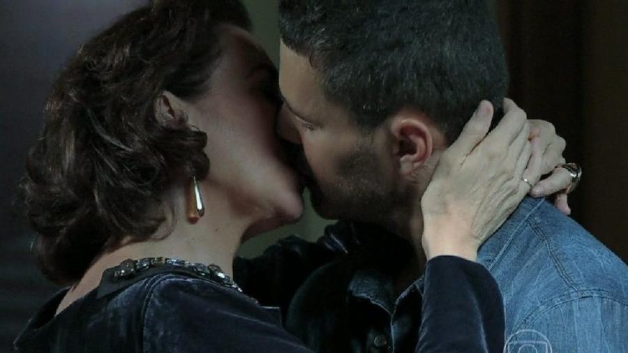 Maria Marta (Lília Cabral) beija Maurílio (Carmo Dalla Vecchia) em Império (Reprodução/Globplay) - Reprodução / Internet