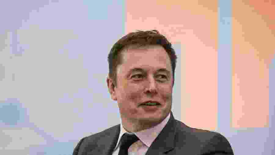 Investidores estão preocupados com o comportamento de Elon Musk que fumou maconha durante uma transmissão pela internet