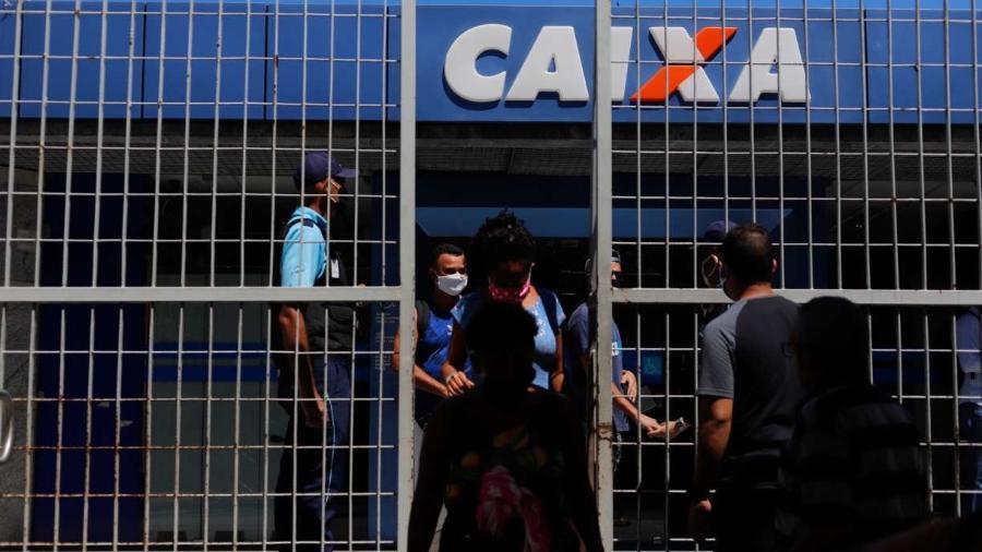 Movimentação na agência da Caixa Econômica Federal, no bairro da Encruzilhada, nessa segunda-feira (18)                              -                                 YACY RIBEIRO/JC IMAGEM