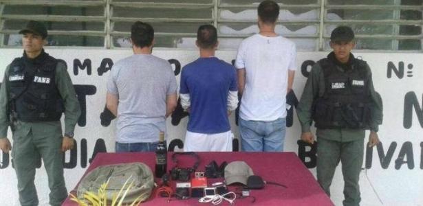 Os jornalistas (de costas) foram presos após entrarem em presídio de Tocorón