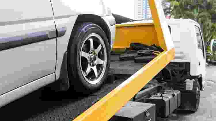 Carro sendo rebocado pelo guincho devido a multa de trânsito - Shutterstock - Shutterstock