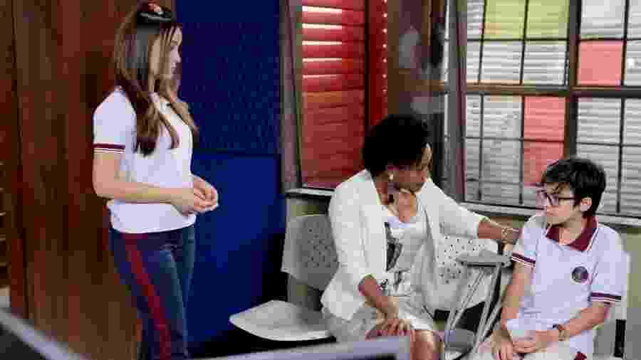 Helô (Eliana de Souza), Mirela (Larissa Manoela) e Bento (Davi Campolongo) em As Aventuras de Poliana (Lourival Ribeiro/SBT). - Helô (Eliana de Souza), Mirela (Larissa Manoela) e Bento (Davi Campolongo) em As Aventuras de Poliana (Lourival Ribeiro/SBT).