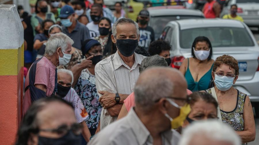 Fila em posto de vacinação contra o coronavírus no Rio de Janeiro - Bloomberg