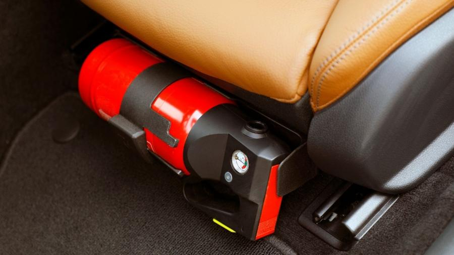 Extintor não é mais obrigatório em carros de passeio, porém quem o utilizar deve mantê-lo na validade e dentro das especificações - Shutterstock