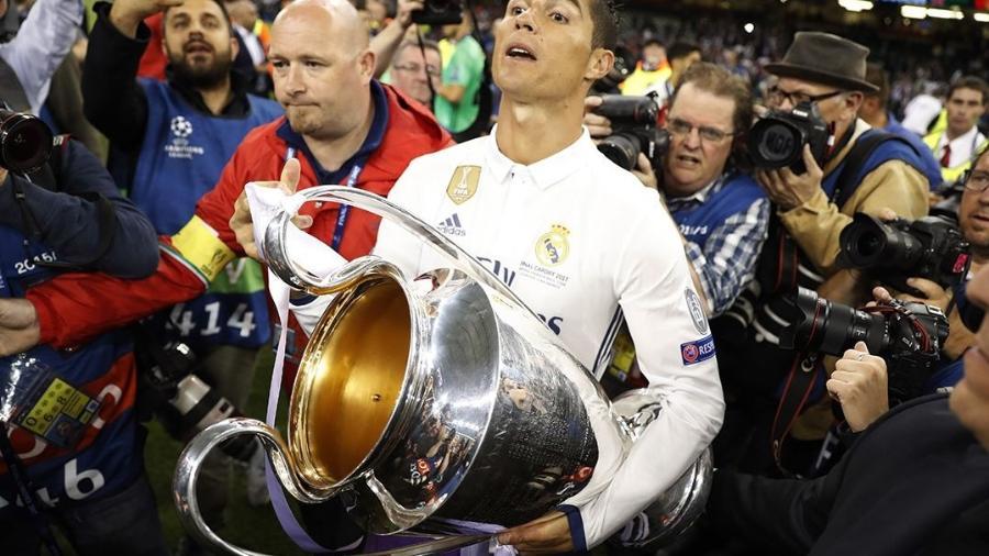Cristiano Ronaldo carrega taça da Liga dos Campeões conquistada pelo Real Madrid - Carl Recine Livepic/Reuters