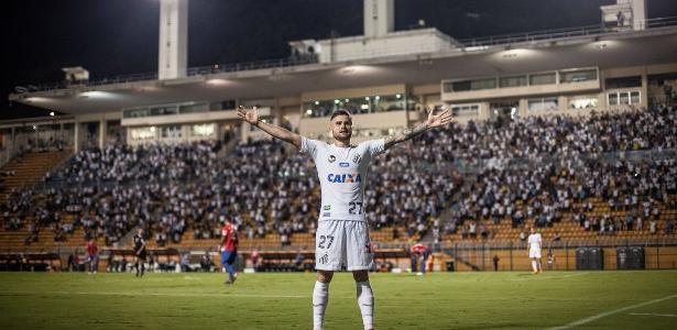 Eduardo Sasha abriu e fechou o placar na vitória do Santos por 3 a 1 contra o Nacional