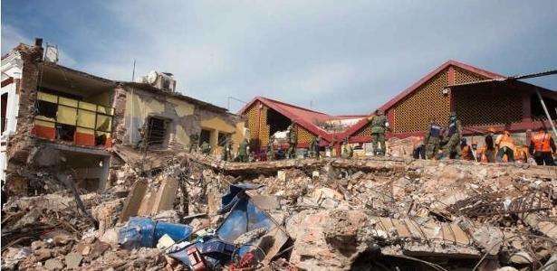 Diversos municípios do sul do México acordaram na sexta-feira entre escombros