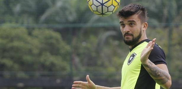 Egídio, Victor Luis (foto) ou Carleto? Cruzeiro quer pelo menos dois para a lateral