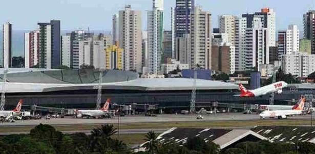 O governo vai agrupar os aeroportos para a oferta em dois blocos - Foto: Guga Matos/JC Imagem