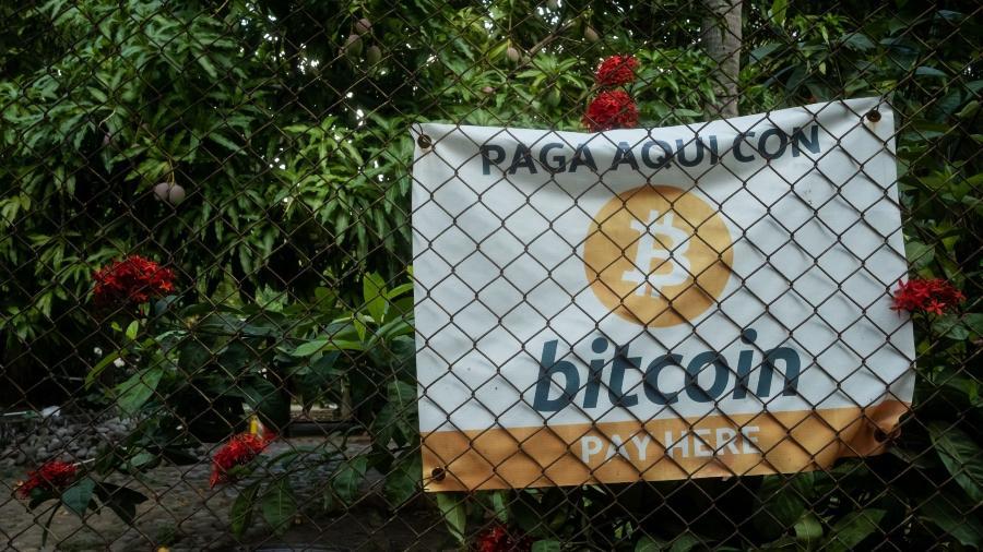 Bitcoin signage outside a shop in El Placa de pagamento com Bitcoin em El Salvador - Cristina Baussan/Bloomberg