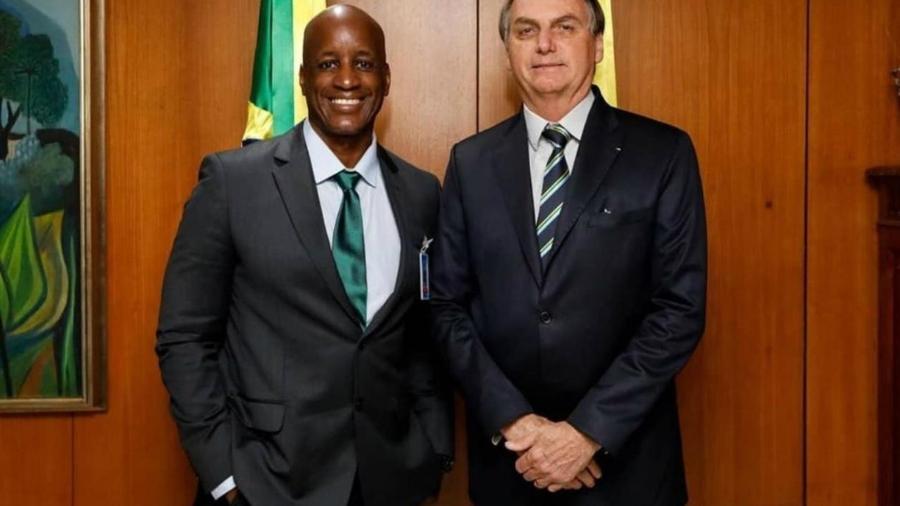 O presidente da Fundação Palmares, Sérgio Camargo, ao lado do presidente Jair Bolsonaro                              -                                 FACEBOOK/REPRODUÇÃO