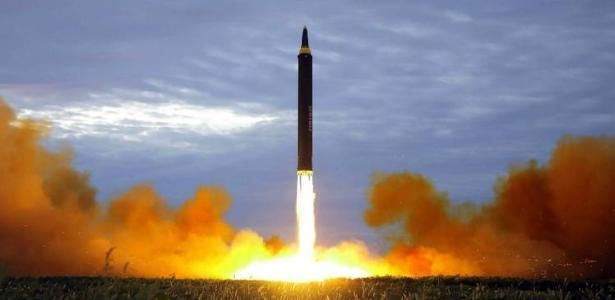 Os especialistas podem identificar pela cor das chamas qual combustível está sendo usado no míssil