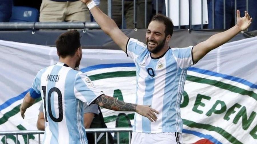 """Messi saiu em defesa de Higuaín: """"um dos melhores atacantes do mundo"""" - Winslow Townson/Reuters"""