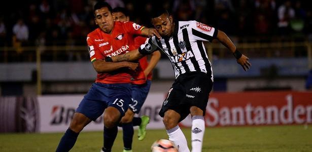 Robinho jogou mal contra o Jorge Wilstermann e foi substituído no intervalo