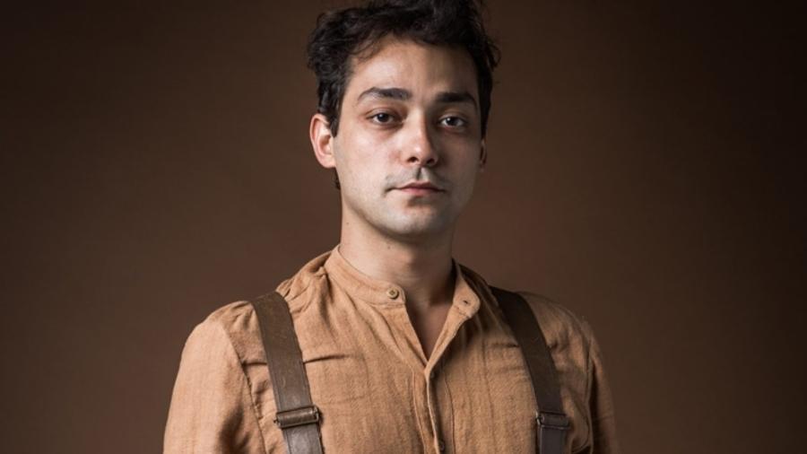 Eduardo Sterblitch como Zeca em Éramos Seis (Divulgação/TV Globo). - Eduardo Sterblitch como Zeca em Éramos Seis (Divulgação/TV Globo).