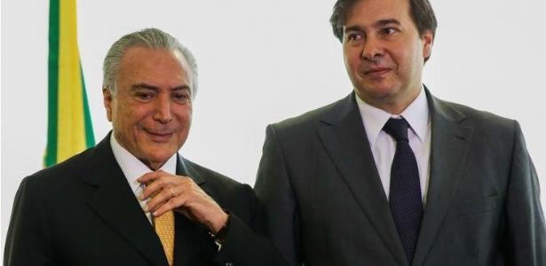 Michel Temer (à esq.) é fotografado ao lado do presidente da Câmara, Rodrigo Maia (DEM-RJ)