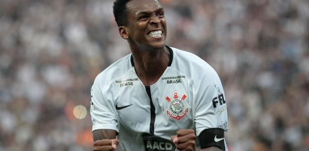 Gol de Jô recolocou Corinthians no caminho das vitórias, mas rendeu polêmica