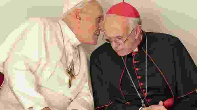 Anthony Hopkins e Jonathan Pryce lideram a Igreja no trailer de Dois Papas -