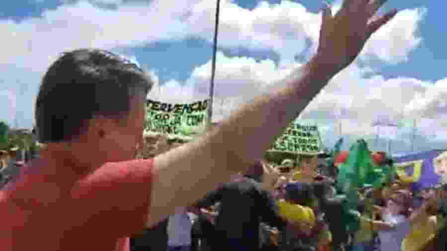 Bolsonaro em ato pró-intervenção militar e contra o Congresso e o STF em 19 de abril em frente ao QG do Exército - Reprodução/Facebook